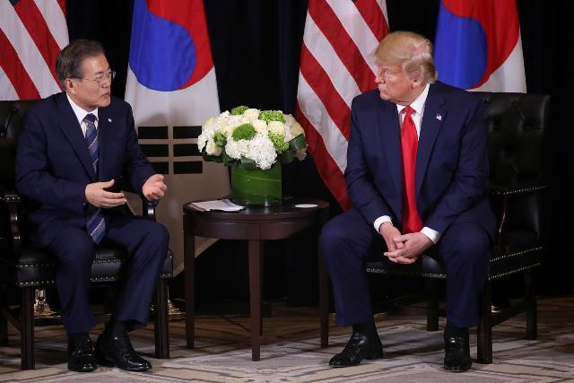 """""""ทรัมป์-มุน"""" ต่อสายหารือวิธียื้อเกาหลีเหนือนั่งโต๊ะเจรจา"""