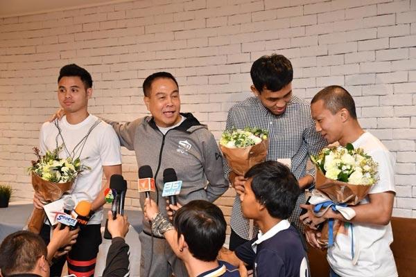 """""""สมยศ"""" ร่วมยินดี """"ธีราทร"""" คนไทยคนแรกคว้าแชมป์เจลีก"""
