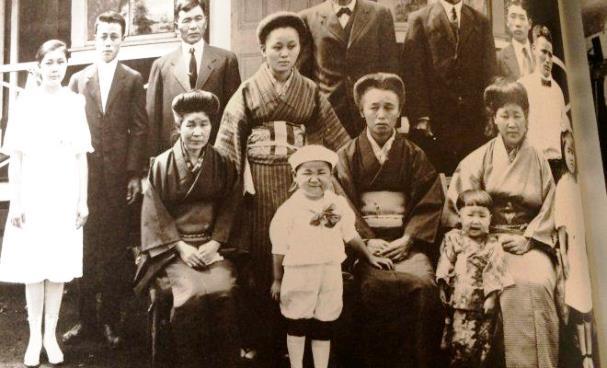 ผู้อพยพชาวญี่ปุ่นในยุคทำงานไร่อ้อย  ภาพจาก https://hawaiilove.jp/