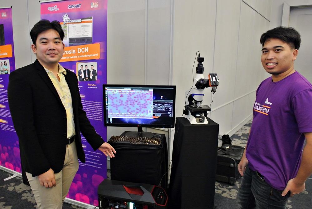 """นายปิยวัฒน์ อุบล (ซ้าย) และ นายภูเบศวร์ พอดี (ขวา) ทีมนักศึกษาจาก คณะวิศวกรรมศาสตร์ จุฬาลงกรณ์มหาวิทยาลัย ทีมประดิษฐ์ อุปกรณ์ """"ไมโครซิสดีซีเอ็น"""" (MicrosisDCN)"""