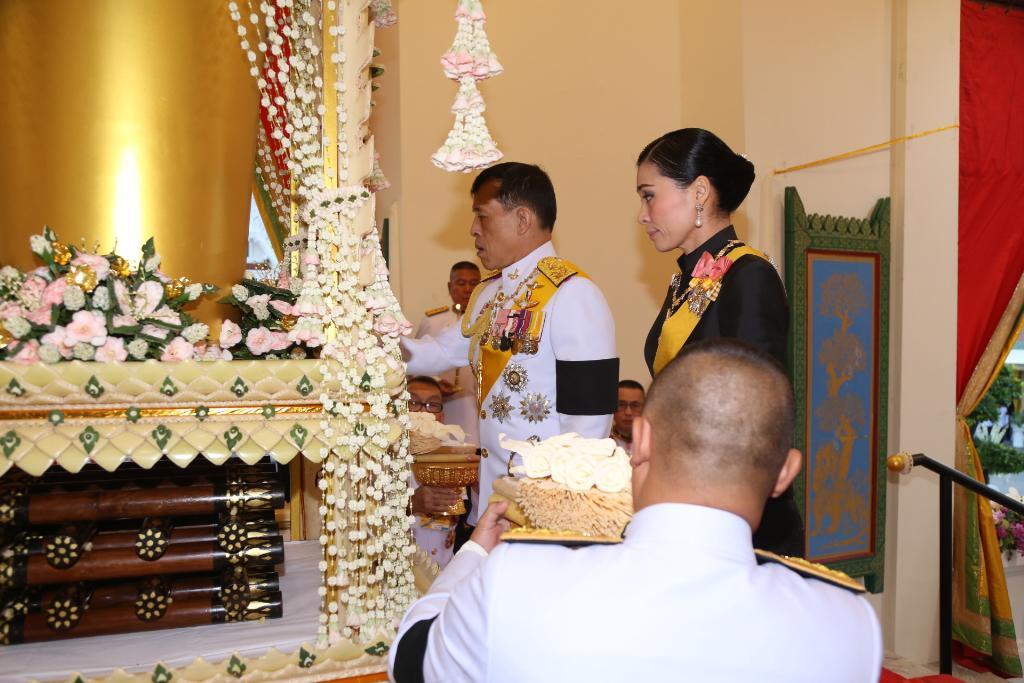 ในหลวง-พระราชินี เสด็จฯ พระราชทานเพลิงศพ พล.อ.เปรม ติณสูลานนท์ โปรดเกล้าฯให้ ปชช.วางดอกไม้จันทร์บนเมรุหลวง