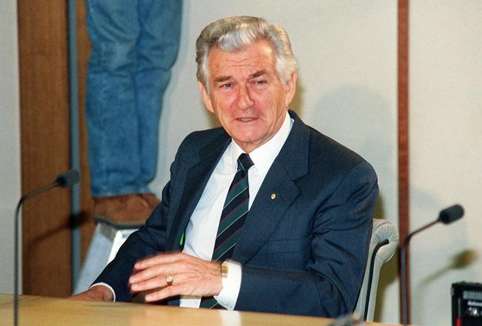 ภาพจากแฟ้มถ่ายเมื่อ 3 มิ.ย. 1991 ขณะ บ็อบ โฮว์ก นายกรัฐมนตรีออสเตรเลียเวลานั้น กำลังพูดในการประชุมแถลงข่าว ในนครซิดนีย์