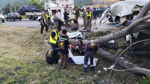 รถตู้ชนต้นไม้ดับ 4  รายบาดเจ็บ  7  รายคาดคนขับหลับใน ขณะเดินทางไปเที่ยว จ.ยะลา