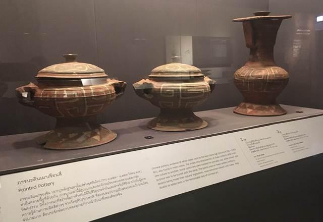 ภาชนะดินเผาเขียนสี (สองใบ-ซ้าย) กุ่ย  ภาชนะสำหรับพิธีกรรม   (ขวา) หู ภาชนะสำหรับพิธีกรรม  บรรจุเหล้า อายุสมัย ชุนชิว