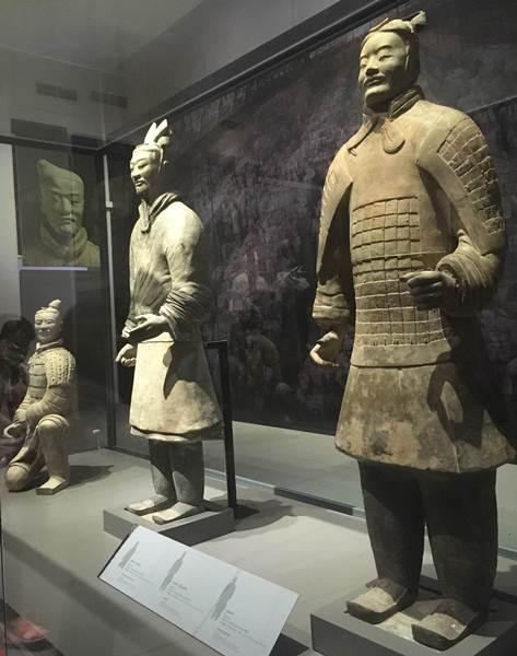 ตุ๊กตาหญิงรับใช้ วัสดุ ดินเผาเขียนสี อายุสมัยฮั่นตะวันตก (พ.ศ.338-552 )