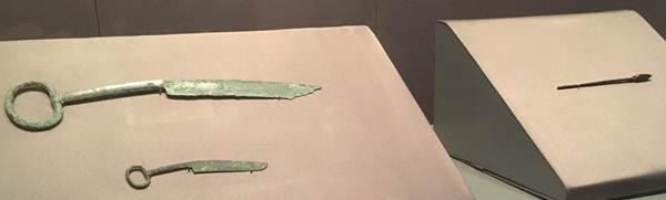 (ซ้าย) มีดที่มีด้ามจับเป็นรูปห่วง วัสดุสำริด อายุสมัย ราชวงศ์ฉิน (ขวา) หัวธนู วัสดุสำริด อายุสมัย ราชวงศ์ฉิน