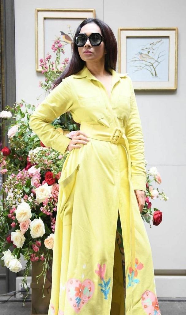อีกครั้งในชุดเดรสสีเหลืองสบายๆ มีดีเทลปักช่วงชายกระโปรงของแบรนด์ Landmee