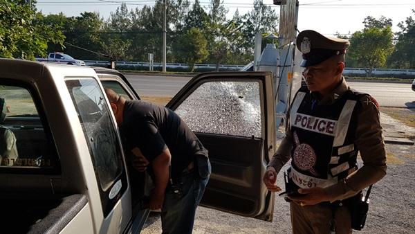 ถึงกับ งง !!   กระจกรถยนต์เจ้าของร้านติดตั้งรางน้ำฝน ถูกกระสุนปืนปริศนายิงทะลุเสียหาย