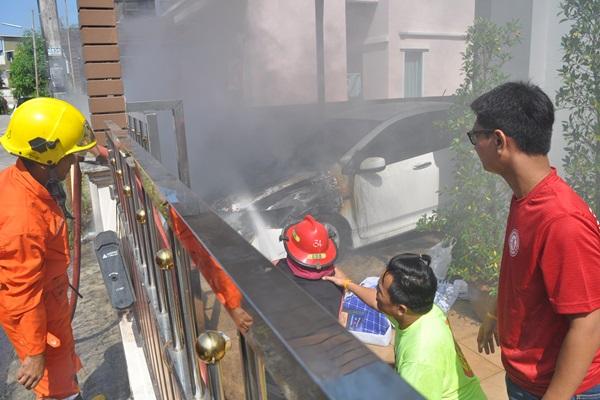 ระทึก! หนุ่มสุราษฎร์สุดเศร้าขับเก๋งจอดไว้หน้าบ้าน ไฟไหม้ห้องเครื่อง เสียหายยับ คาดไฟฟ้าลัดวงจร