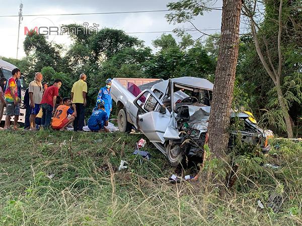 กระบะเสียหลักพุ่งชนต้นไม้ในคูกลางถนนสายเอเชียเสียชีวิตในรถ 2 ราย บาดเจ็บ 5 ราย