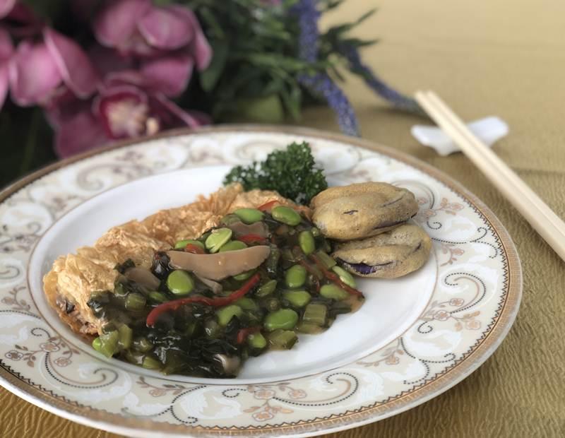 เมนูฟองเต้าหู้ทอดเสิร์ฟพร้อมผักดองและมะเขือยาวทอด