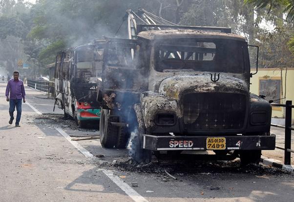 "InPics&Clip: วุฒิสภาอินเดียผ่านฉลุย ""กม.สัญชาติฉบับกีดกันมุสลิม"" - รัฐอัสสัมป่วนสถานีรถไฟถูกบุกเผา-เที่ยวบินยกเลิก"