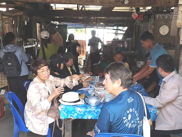 """""""ร้านกาแฟบ้าน 100 ปี"""" ร้านดังในชุมชนชาวเลเกาะลิบง ลูกค้าแวะเวียนใช้บริการเพียบ"""