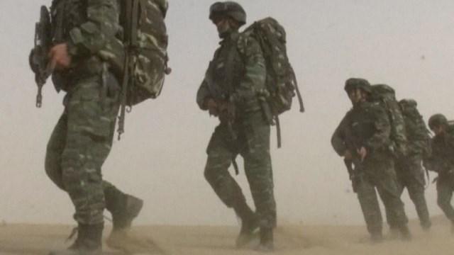 """กองกำลังกึ่งทหารจีนซ้อม """"ต้านก่อการร้าย"""" บนภูเขาในซินเจียง"""