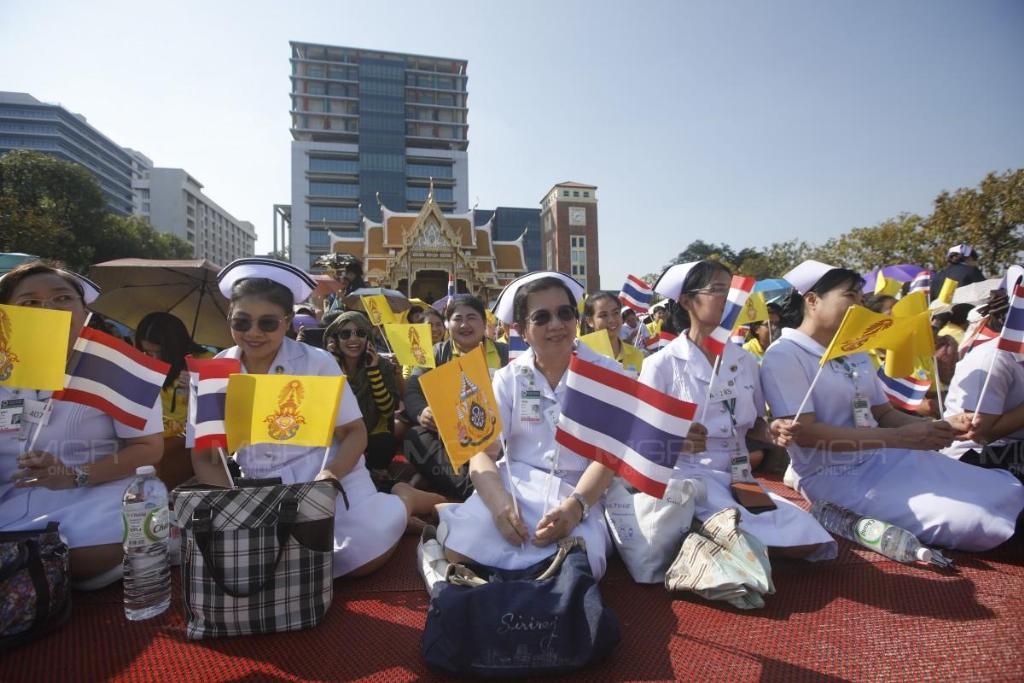 ประมวลภาพ : ประชาชนเฝ้ารอรับเสด็จฯ ขบวนเรือพระราชพิธีฯ ริมสองฝั่งแม่น้ำเจ้าพระยา