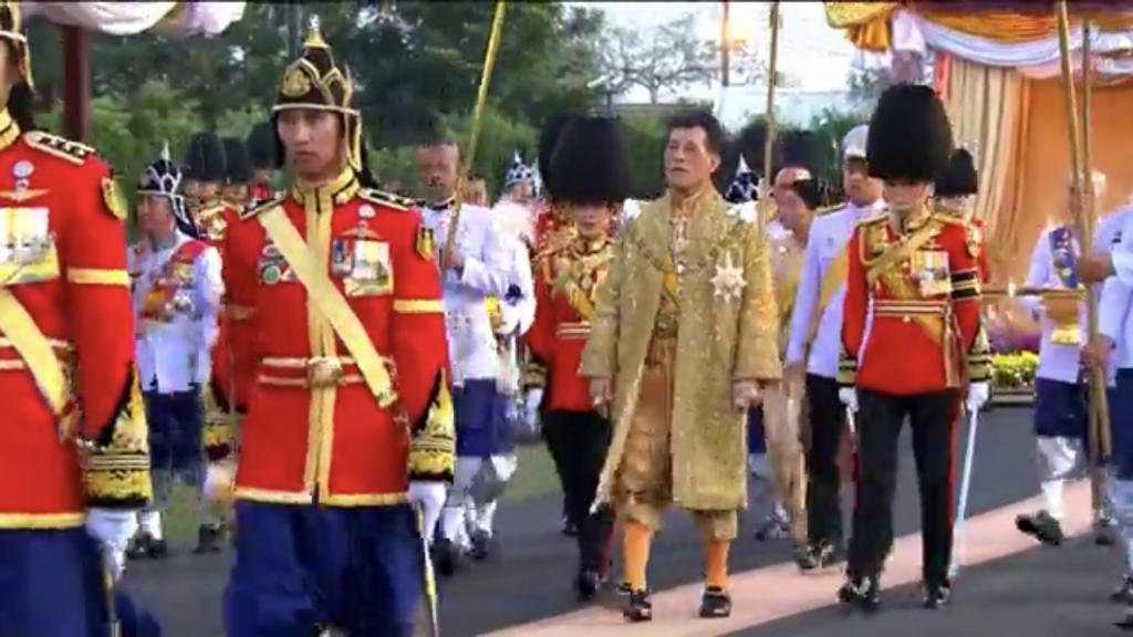 ในหลวง ประทับพระราชยานพุดตานทอง พระราชินี-กรมหลวงราชสาริณีฯ ทรงพระดำเนินคู่เคียงพระราชยาน