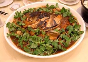 เนื้อปลาลวกจิ้ม (แบบจัดเป็นจาน) ขอบคุณภาพจาก http://travel.sina.com.cn/food/2008-07-25/18596382.shtml