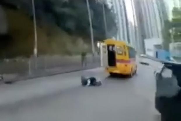 เกือบไป!คลิปน่าตกใจเด็กน้อยร่วงตกรถโรงเรียนหวิดโดนทับ ตร.รุดสืบสวน(ชมวิดีโอ)