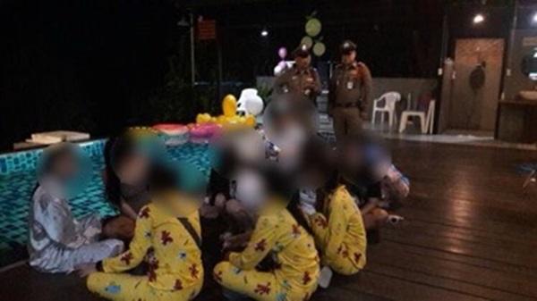 ปฏิบัติการข้ามคืนสุดเข้มข้น!!! ฝ่ายปกครองเมืองกาญจน์ สนธิกำลัง บุกทลายบ้านปาร์ตี้มั่วสุมเสพยา