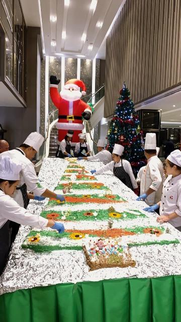 ฉลองคริสต์มาส-ปีใหม่!อาชีวะเชียงรายจับมือ รร.ดัง ทำเค้กยักษ์สูง 4 เมตร
