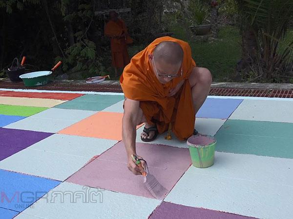 พระชาวมาเลเซีย 9 รูปลงมือทาสีริมท่าน้ำพัฒนาวัดนาทวี