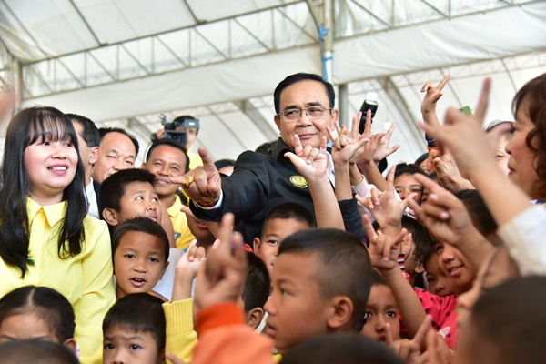 """""""ลุงตู่"""" เยี่ยมโครงการสร้างทางหลวงบางใหญ่-กาญจนบุรี ขอบคุณประชาชนที่เสียสละพื้นที่เวนคืน"""