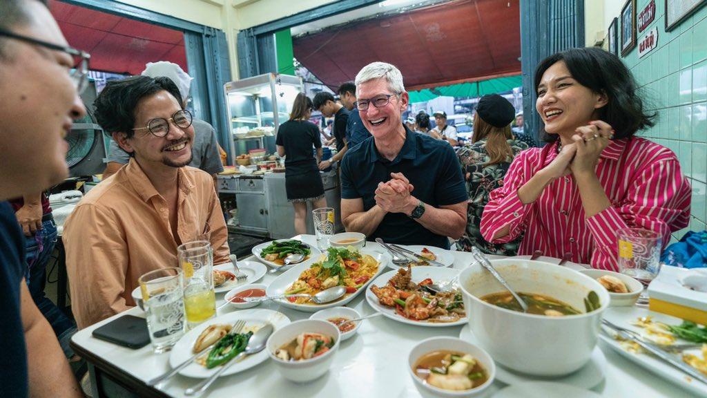 """""""ทิม คุก"""" ปลื้มไข่เจียวปูเจ๊ไฝ """"ยอด วงใน"""" ภูมิใจเป็นตัวแทนสตาร์ทอัปไทยแชร์วิสัยทัศน์การทำงานร่วมกับ Apple"""