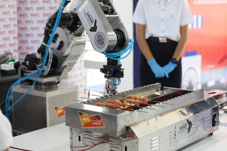 หุ่นยนต์ขายหมูปิ้ง ตัวแรกของโลก นวัตกรรม ยกระดับอาหารริมทางของไทย