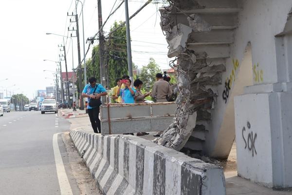 แชร์สนั่น !  ภาพหวาดเสียว นร.ปีนขึ้นสะพานลอยบันไดแหว่งหลังถูกรถสิบล้อชน ผอ.แขวงเร่งซ่อม