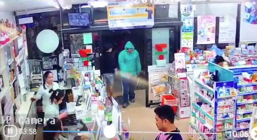 อุกอาจ! คนร้ายควงมีดบุกจี้เซเว่นฯ กลางเมืองลำปางทั้งที่ลูกค้าเต็มร้าน