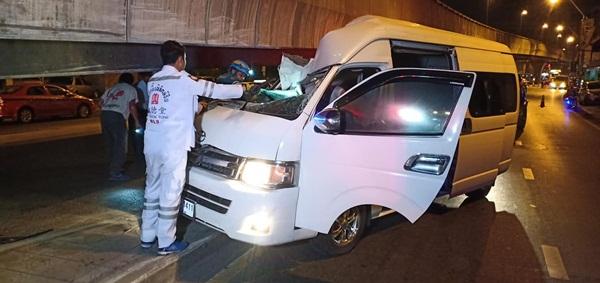รถตู้พุ่งชนขอบใต้สะพานพระราม 8 โชเฟอร์เสียชีวิตคารถ