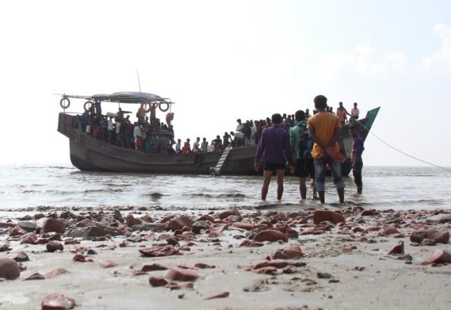 พม่าเข้าสกัดเรือโรฮิงญานอกชายฝั่งตะนาวศรีรวบตัวขึ้นฝั่งได้กว่าร้อยคน
