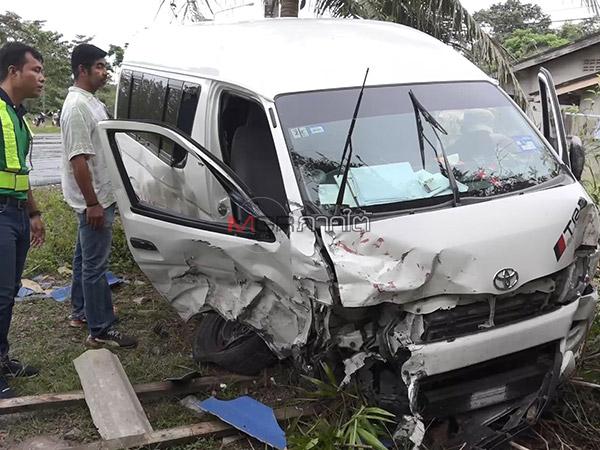รถตู้มาเลเซียชนประสานงารถกระบะพังยับทั้ง 2 คัน คนขับบาดเจ็บทั้งคู่
