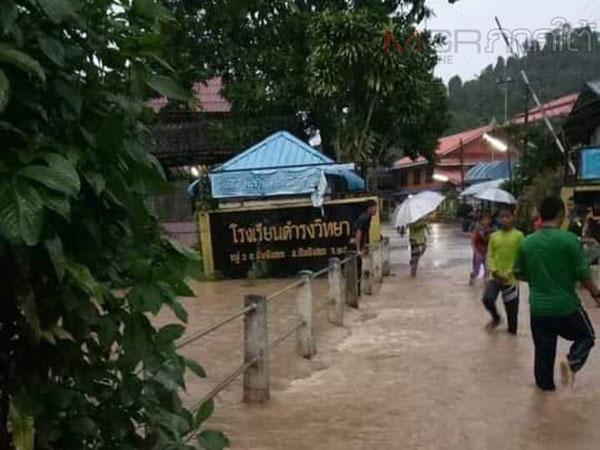 หลายพื้นที่ใน จ.ยะลา ได้รับผลกระทบจากสภาวะฝนตกหนักตลอดคืน