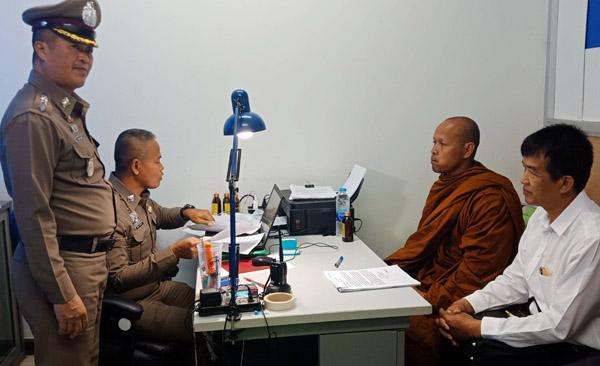 """อ่วม! แจ้งดำเนินคดี 8 ข้อหา """"พระเขมร"""" สวมบัตรปชช.คนไทย ขณะญาติโยมยังศรัทธาแห่ให้กำลังใจ"""