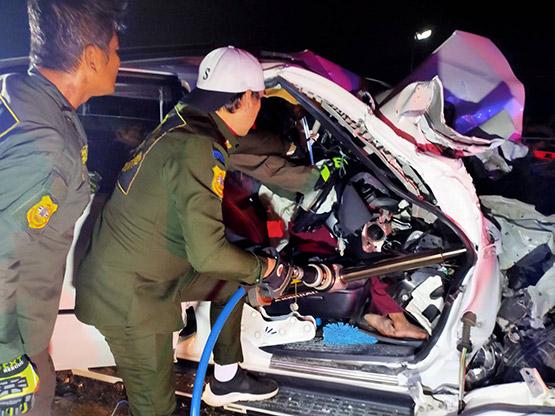สาวซิ่งฟอร์จูนเนอร์เสยท้ายรถสิบล้อบาดเจ็บสาหัสติดภายใน