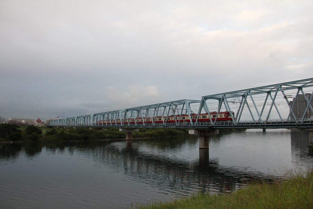 วัยรุ่นญี่ปุ่นแพ้แข่งร้องแร็ป โดดลงแม่น้ำดับอนาถ