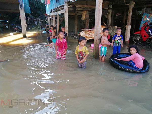 ระดับน้ำในแม่น้ำปัตตานีเอ่อล้นเข้าท่วมหมู่บ้าน ชาวบ้านต่างเริ่มขนข้าวของอยู่บนที่สูง
