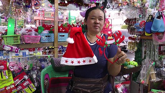 แม่ค้านั่งงงสาวแต่งตัวดีซื้อหมวกซานตาคลอสไม่จ่ายตังค์