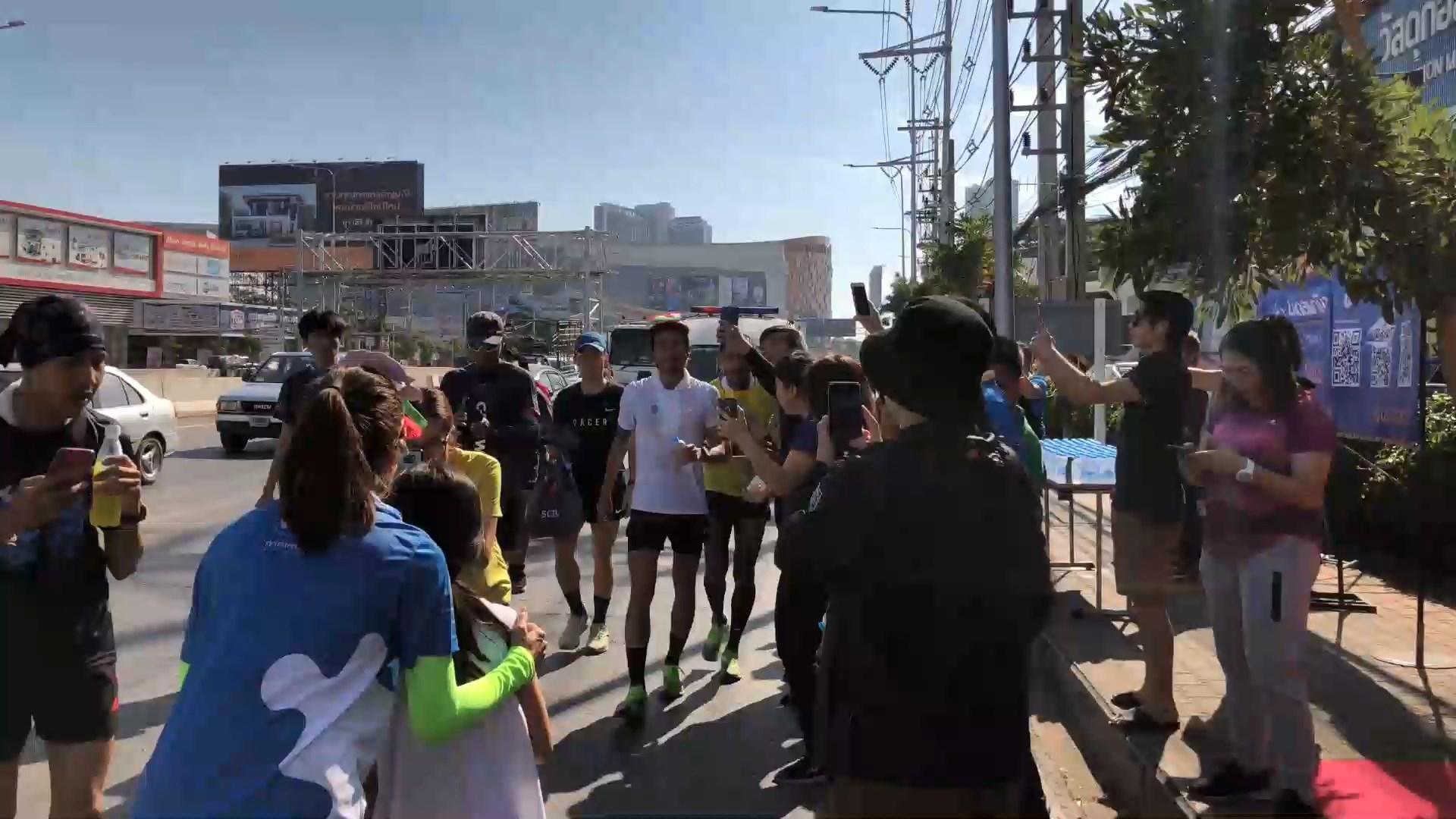 """""""พี่ตูน""""นำทีมก้าวคนละก้าววิ่งถึงเชียงใหม่ระดมทุนช่วย 7 ร.พ.ภาคเหนือ"""