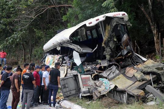 InClip:รถบรรทุกพุ่งชนท้ายรถบัสขยี้ 21 ศพในกัวเตมาลา