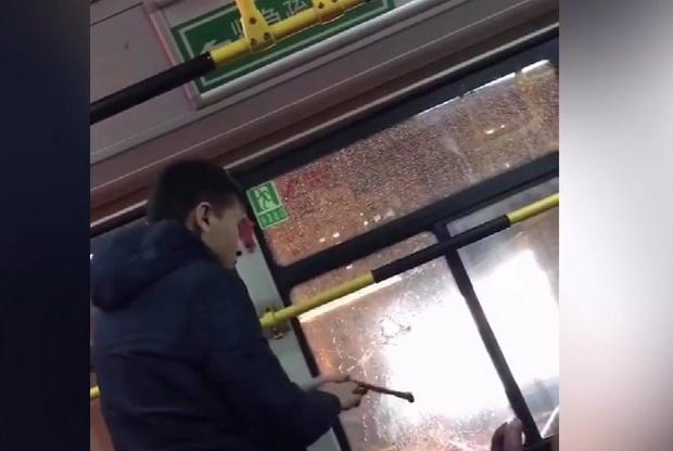 พี่ก็รีบเกิน!!หนุ่มจีนรอไฟเขียวไม่ไหว ทุบกระจกรถเมล์ปีนลงทางหน้าต่าง(ชมคลิป)