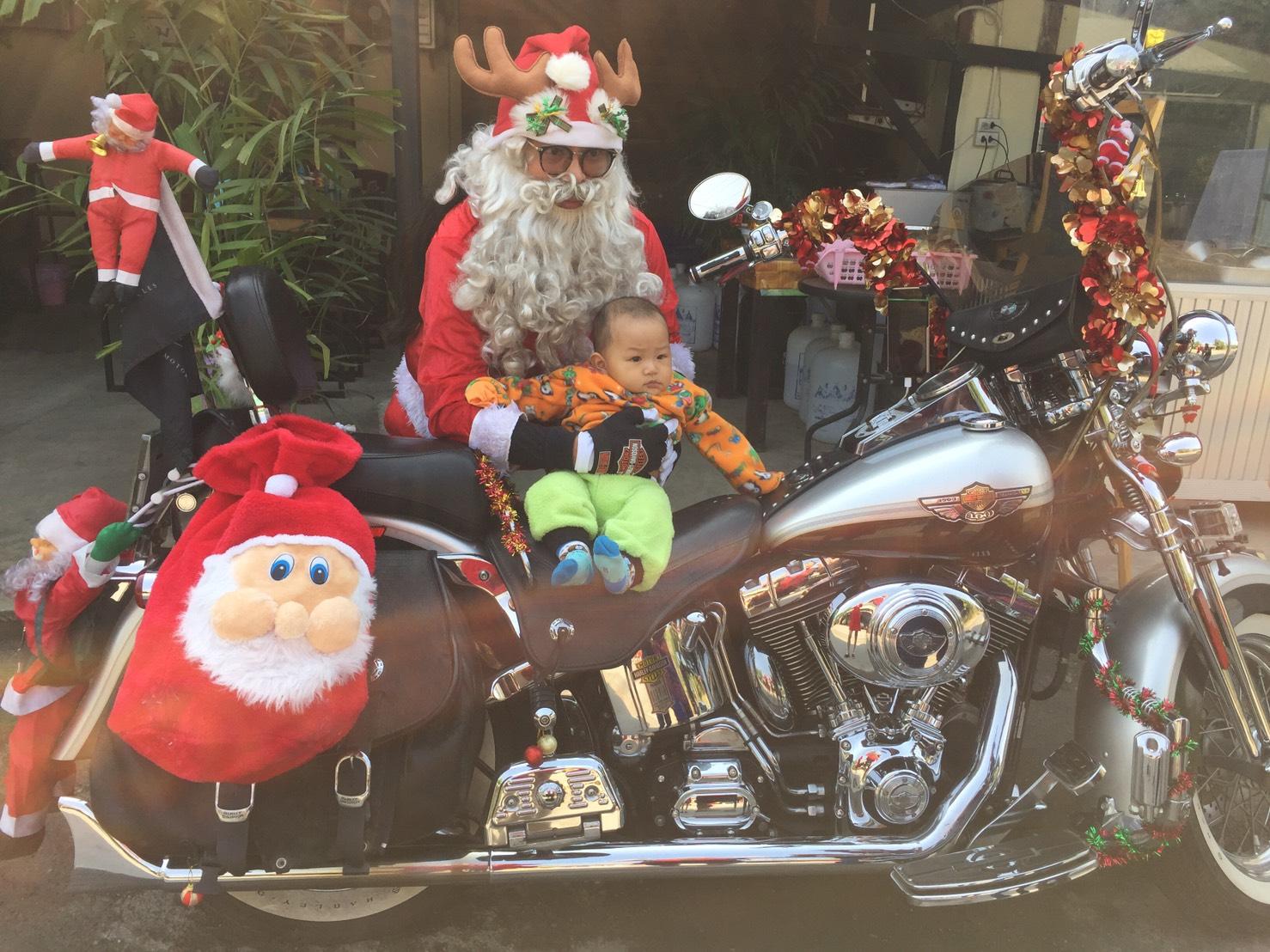 หนุ่มเชียงใหม่แต่งชุดซานต้าควบฮาเล่ย์แจกของขวัญเด็กด้อยโอกาสแบ่งปันสร้างสุขส่งท้ายปี