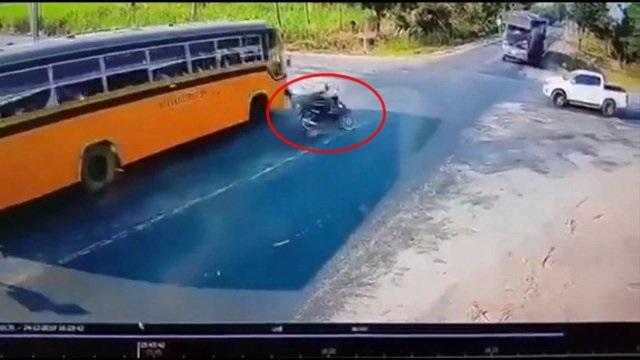 อุทาหรณ์สี่แยกวัดใจ!รถโรงเรียนชน จยย.พ่วงข้างพุ่งข้ามเลนพ่วง 18 ล้อชนซ้ำร่างกระเด็น