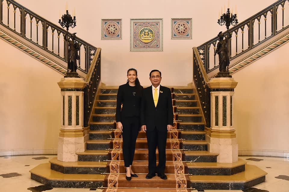 พล.อ.ประยุทธ์ จันทร์โอชา นายกฯและรมว.กลาโหม และ ปวีณสุดา ดรูอิ้น มิสยูนิเวิร์สไทยแลนด์ 2019 (แฟ้มภาพ)