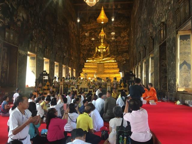 ชาวไทยแห่ไหว้พระ เพื่อสิริมงคลรับปีใหม่เนื่องแน่น