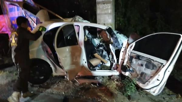 นครปฐมประเดิม 7 วันอันตราย ศพแรก หนุ่มซิ่งเก๋งชนเสาไฟฟ้าดับติดคาซากรถ