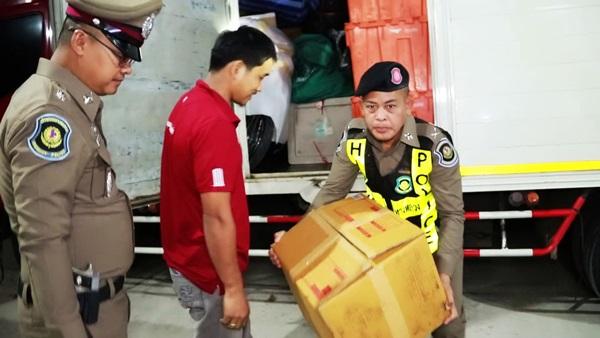 ตร.ทางหลวงชุมพรรวบ 2 ผัวเมียอาศัยขับรถขนส่งไปรษณีย์บังหน้าแต่แอบลักลอบขนพืชกระท่อมส่งขาย