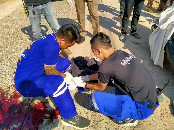 ลุงชาววัย61ขี่รถจยย.จอดแล้วล้มลงกลางถนนถูกหกล้อวิ่งเหยียบตายคาที่