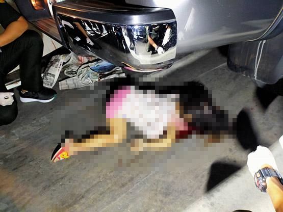 พ่อแม่ใจสลายลูกสาววัย 3 ขวบวิ่งข้ามช่องจอดรถตลาดสดถูกกระบะทับดับต่อหน้า